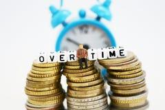 Концепция дополнительного времени с миниатюрой бизнесмена под спешкой на работе Стоковые Фото
