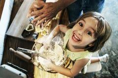 Концепция девушки хлебопекарни торта теста печенья десерта муки стоковая фотография