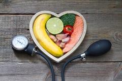 Концепция еды диеты сердца здоровья с датчиком кровяного давления Стоковые Изображения