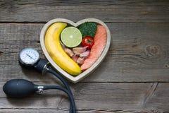 Концепция еды диеты сердца здоровья с датчиком кровяного давления Стоковые Фото