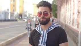 Концепция еды и городской жизни улицы Молодой усмехаясь бородатый человек держа чашку с smoothies или лимонадом сока напитка акции видеоматериалы
