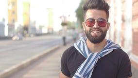Концепция еды и городской жизни улицы Молодой усмехаясь бородатый человек держа чашку с smoothies или лимонадом сока напитка видеоматериал