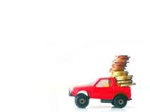 Концепция денежного перевода - красная выберите вверх игрушку транспортируя монетки евро Стоковые Изображения