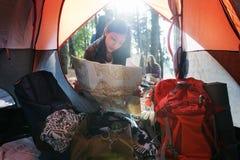 Концепция леса женской карты располагаясь лагерем Стоковая Фотография