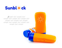 Концепция лета: Детали пляжа - бутылки с лосьоном sunblock Стоковое Изображение