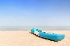 Концепция лета, перемещения, каникул и праздника - шлюпка каяка на a Стоковые Изображения
