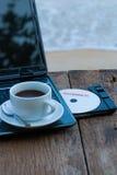 Концепция лета с компьтер-книжкой и кофейной чашкой стоковая фотография