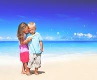 Концепция детей наслаждения потехи семьи пляжа лета Стоковое фото RF