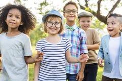 Концепция детей друзей вскользь детей жизнерадостная милая стоковые фотографии rf