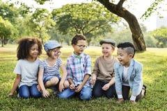 Концепция детей друзей вскользь детей жизнерадостная милая стоковое фото