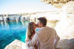 Концепция летних отпусков, людей, влюбленности и датировка - счастливая пара обнимая и целуя на предпосылке моря лета Стоковое фото RF