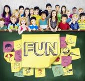 Концепция детства наслаждения счастья детей шаловливая стоковое изображение