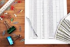 Концепция дела: аксессуары денег, ручки и офиса Стоковое Фото