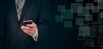 Концепция дела, бизнесмен с smartphone Всемирная технология соединения Стоковое Изображение RF
