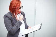 Концепция дела выбора и голосования Женщина в костюме и gla Стоковые Фотографии RF