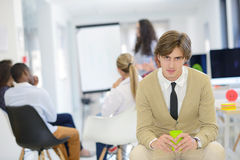 Концепция дела, запуска и людей - счастливая творческая команда говоря в офисе Стоковые Изображения