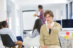 Концепция дела, запуска и людей - счастливая творческая команда говоря в офисе Стоковая Фотография