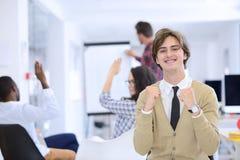 Концепция дела, запуска и людей - счастливая творческая команда говоря в офисе Стоковые Фото