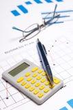 Концепция дела - диаграммы, диаграммы, ручка, стекла и калькулятор Стоковое Изображение RF