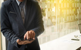 Концепция дела, изображение молодого бизнесмена используя teblet на wor Стоковая Фотография