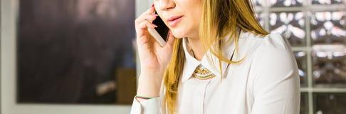 Концепция дела - конец-вверх коммерсантки говоря на телефоне в офисе Стоковые Изображения RF