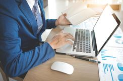 Концепция дела, руки молодого бизнесмена работая с компьтер-книжкой Стоковое Изображение