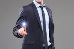 Концепция дела, технологии, интернета и сети - бизнесмен отжимая кнопку с контактом на виртуальных экранах Стоковое Изображение