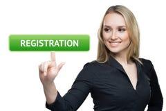 Концепция дела, технологии, интернета и сети - женщина отжимая кнопку регистрации на виртуальных экранах Стоковое Изображение RF