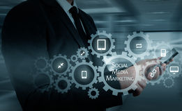 Концепция дела, технологии, интернета и сети SMM - Социальные средства массовой информации выходя на рынок на виртуальном дисплее стоковая фотография rf