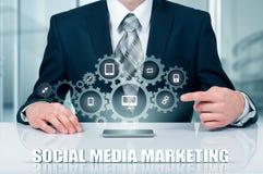 Концепция дела, технологии, интернета и сети SMM - Социальные средства массовой информации выходя на рынок на виртуальном дисплее стоковые фото