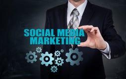 Концепция дела, технологии, интернета и сети SMM - Социальные средства массовой информации выходя на рынок на виртуальном дисплее стоковое изображение rf