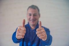Концепция дела, людей и сыгранности - усмехаясь бизнесмен показывая большие пальцы руки вверх Как это! Стоковые Фотографии RF