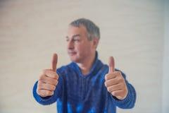Концепция дела, людей и сыгранности - усмехаясь бизнесмен показывая большие пальцы руки вверх Как это! Стоковое Фото