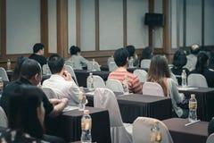 Концепция дела: люди Азии слушают в семинаре дела presen стоковое фото