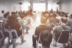 Концепция дела: люди Азии слушают в семинаре дела presen Стоковые Изображения