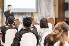 Концепция дела: люди Азии слушают в семинаре дела presen Стоковые Фотографии RF