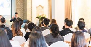 Концепция дела: люди Азии слушают в семинаре дела presen Стоковое Изображение