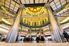 Концепция дела для недвижимости и корпоративной конструкции - смотреть вверх взгляд в станции токио с толпой людей silhouettes re Стоковое Фото
