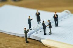Концепция делового соглашения с диаграммой бушелем миниатюрных людей малой Стоковые Изображения