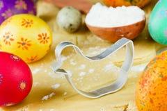Концепция еды пасхи: подготовка печений праздника сформировала цыпленок и красочные яичка на сырцовой предпосылке теста Стоковые Изображения
