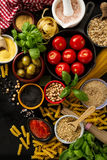 Концепция еды предпосылки еды с различным вкусным свежим ингридиентом Стоковые Изображения RF