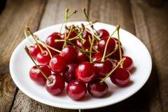 Концепция еды плодоовощ Свежие вишни на древесине Стоковые Изображения RF