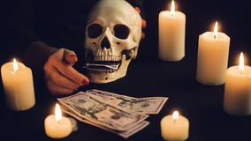 Концепция жадности денег с человеческим черепом видеоматериал