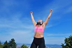 Концепция женщины фитнеса успеха выигрывая с наушниками стоковая фотография rf