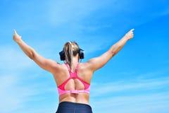 Концепция женщины фитнеса успеха выигрывая с наушниками Стоковое Изображение RF