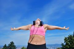Концепция женщины фитнеса успеха выигрывая с наушниками стоковые изображения rf