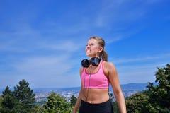 Концепция женщины фитнеса успеха выигрывая с наушниками Стоковое Фото