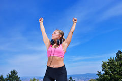 Концепция женщины фитнеса успеха выигрывая с наушниками Стоковые Фотографии RF