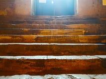 Концепция жизни идет осветить Лестница сделана ston Стоковые Изображения RF