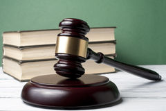 Концепция закона - запишите с деревянным молотком судей на таблице в зале судебных заседаний или офисе принуждения Стоковое Изображение